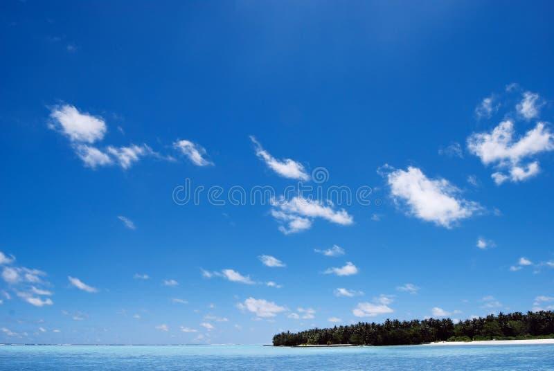 Grote blauwe oceaan en blauwe blauwe hemel stock foto's