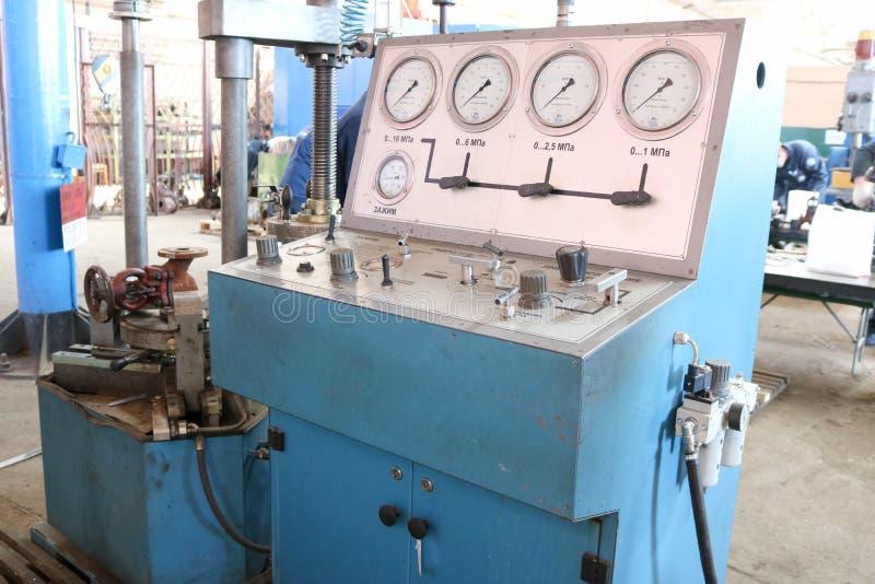 Grote blauwe tribune voor het hydrotesting van de klep, pijpleidingsmontage, drukmaten, lek het testen, druk in de fabriek royalty-vrije stock afbeeldingen