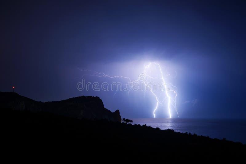 Grote bliksem raakt de zwarte zee stock afbeelding