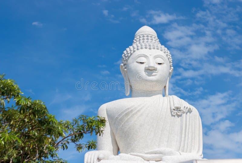 Grote Boedha in de blauwe hemel Phuket thailand stock afbeelding