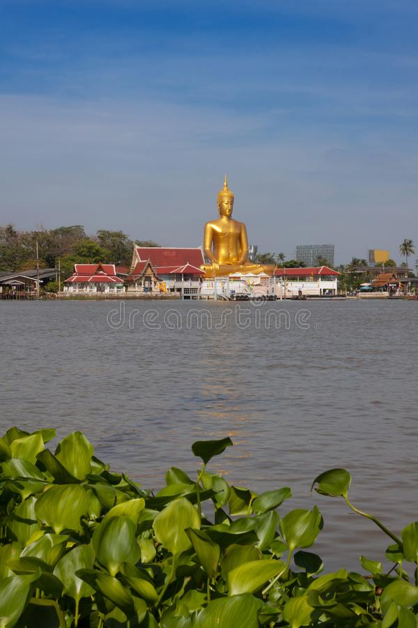 Grote Boedha in Thaise tempel dichtbij Chao Phraya-rivier in Koh Kred, Nonthaburi Thailand stock afbeeldingen