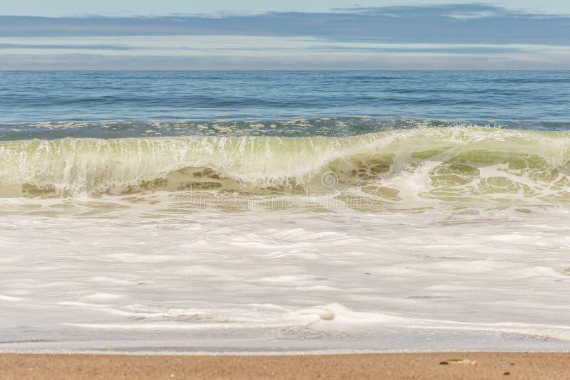 Grote brekende Oceaangolf op een zandig strand op de het noordenkust van Oahu Hawaï stock afbeelding