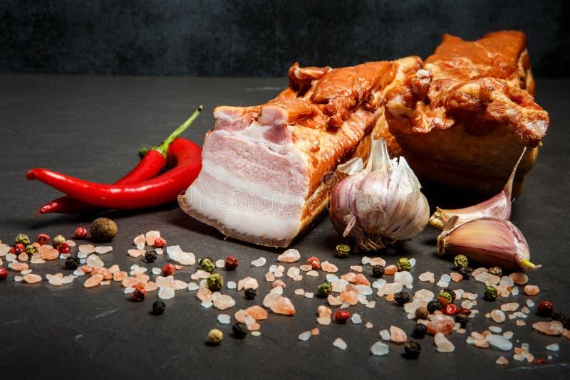 Grote brokken van gezouten vleesreuzel met kruiden, knoflook, en Spaanse peperpeper stock foto