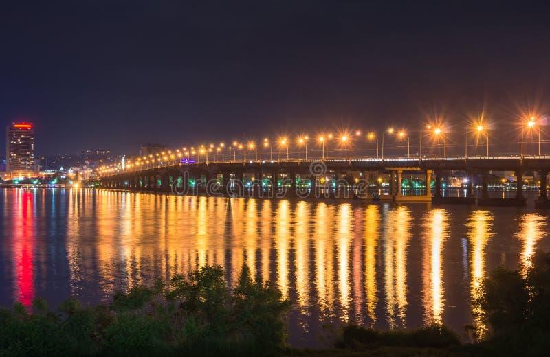 Grote brug bij nacht stock foto