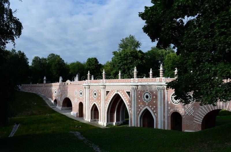 Grote brug over het ravijn in de museum-Reserve 'Tsaritsyno ' stock fotografie