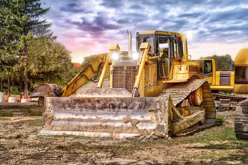 Grote bulldozer bij bouwwerf stock foto's