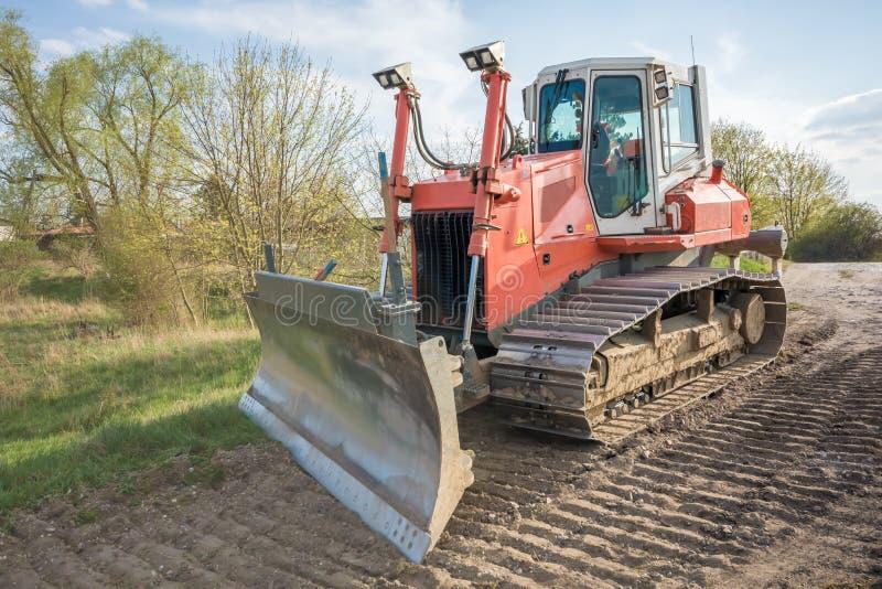 Grote bulldozer met op een bouwwerf stock afbeeldingen