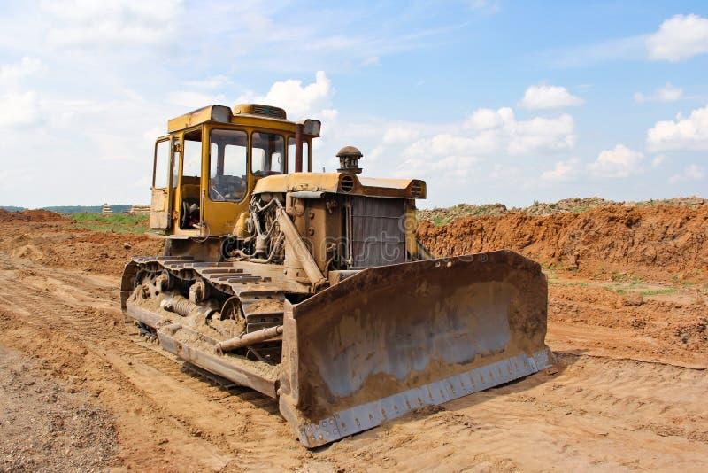 Grote bulldozer op het werk bij een bouwwerf stock foto's