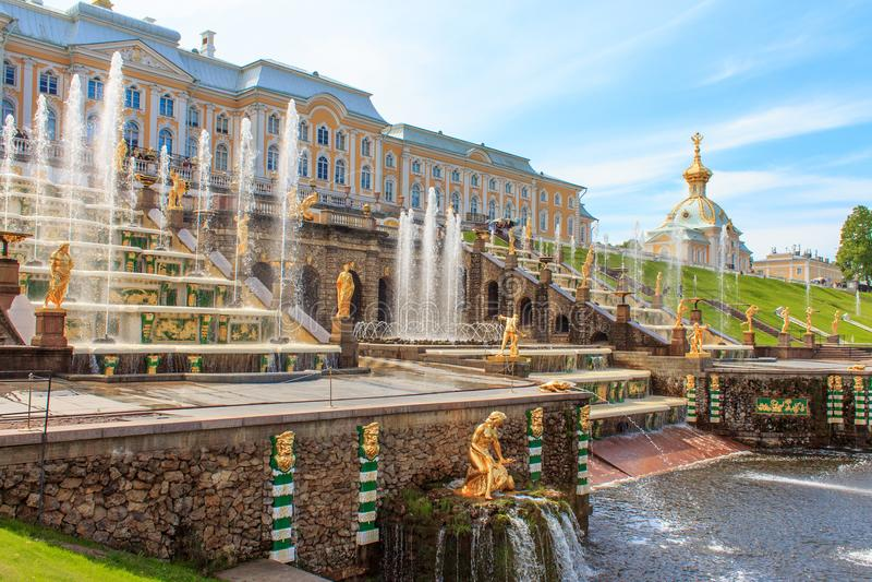 Grote Cascade bij Peterhof-Paleis, St. Petersburg, Rusland royalty-vrije stock foto's