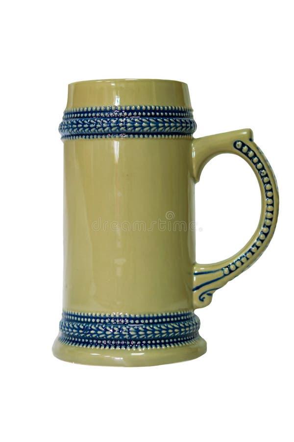 Grote ceramische mok met handvat, dat op witte achtergrond wordt geïsoleerd, royalty-vrije stock foto