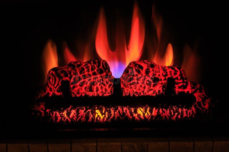 grote close-upmening van binnenopen haard met vlam op dark, Halloween-achtergrond royalty-vrije stock foto