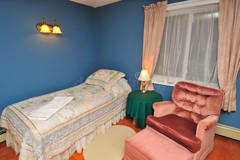 Grote comfortabele hotelruimte royalty-vrije stock foto's