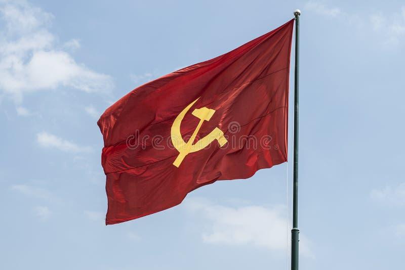 Grote communistische vlag die in de wind drijven stock foto
