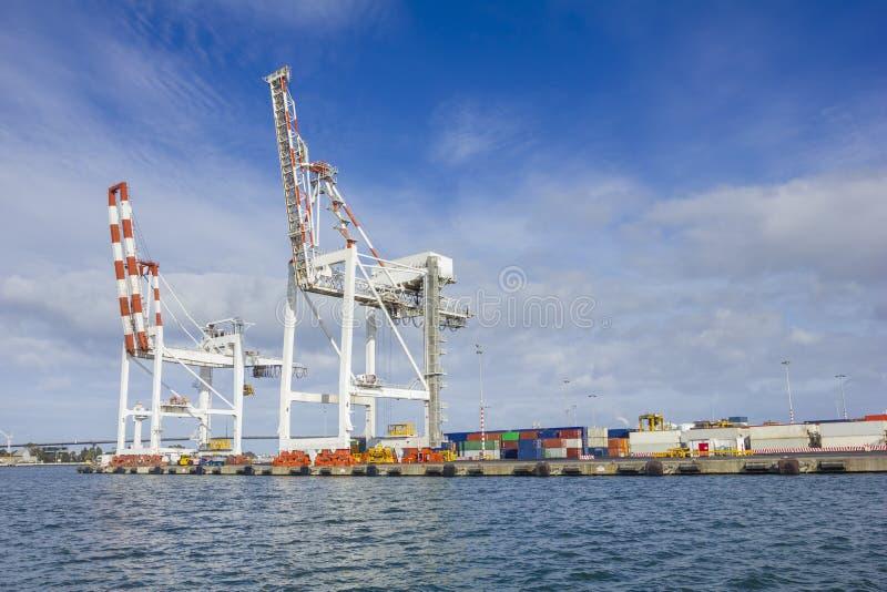 Grote containerkranen bij Swanson-Dok in de Haven van Melbourne stock foto's
