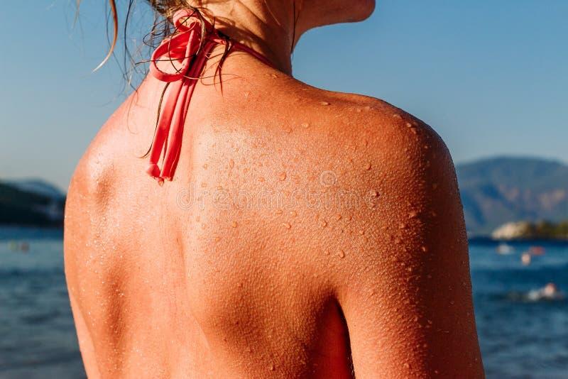 Grote dalingen van water op de vrouwelijke rug stock fotografie