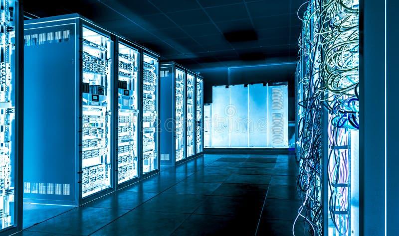 Grote datacenter met aangesloten servers en Internet-kabels stock afbeeldingen