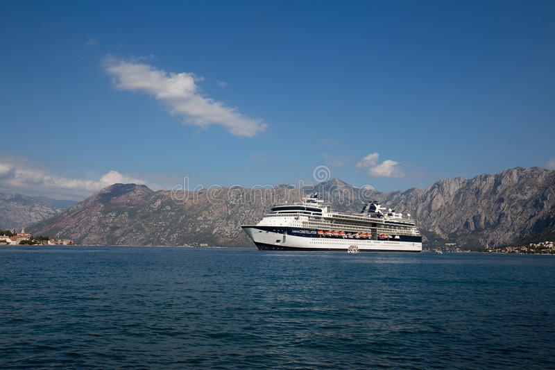 Grote de Beroemdheidsconstellatie van het cruiseschip in de Baai van Boka Kotorska montenegro royalty-vrije stock afbeeldingen