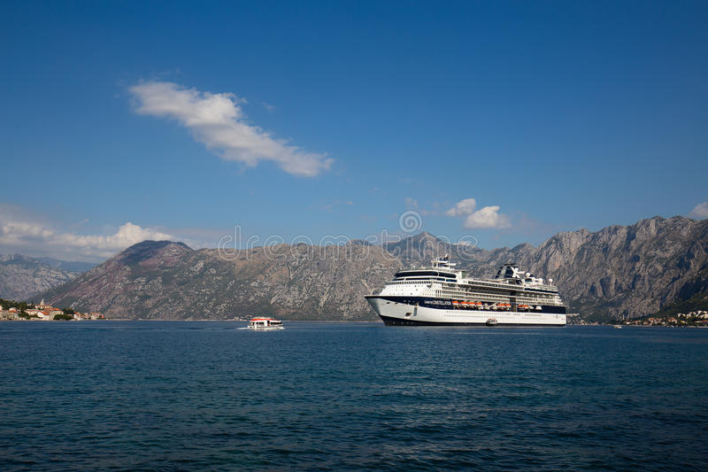 Grote de Beroemdheidsconstellatie van het cruiseschip in de Baai van Boka Kotorsky montenegro stock fotografie