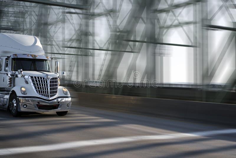 Grote de installatie semi vrachtwagen van de ochtendster met chroomtraliewerk die zich op bewegen stock foto's