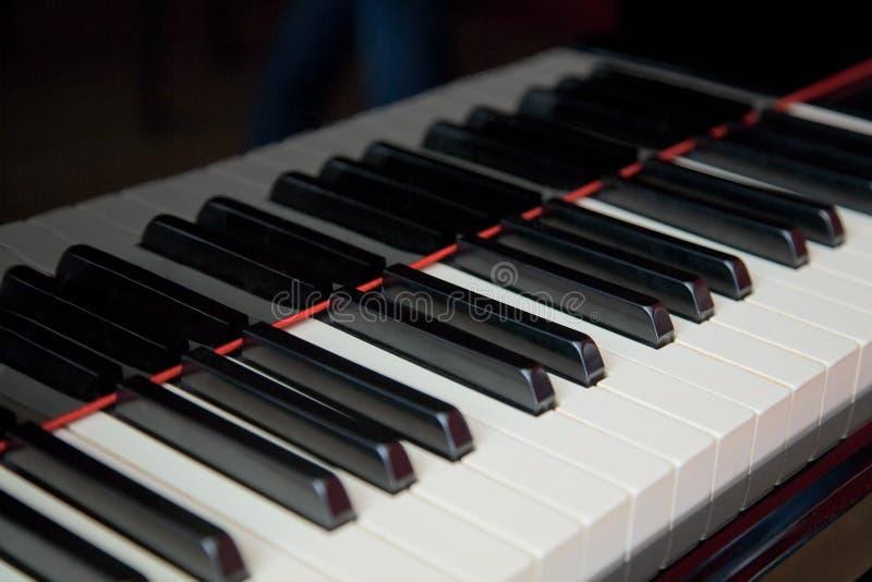 Grote dichte omhooggaand van het pianotoetsenbord stock foto