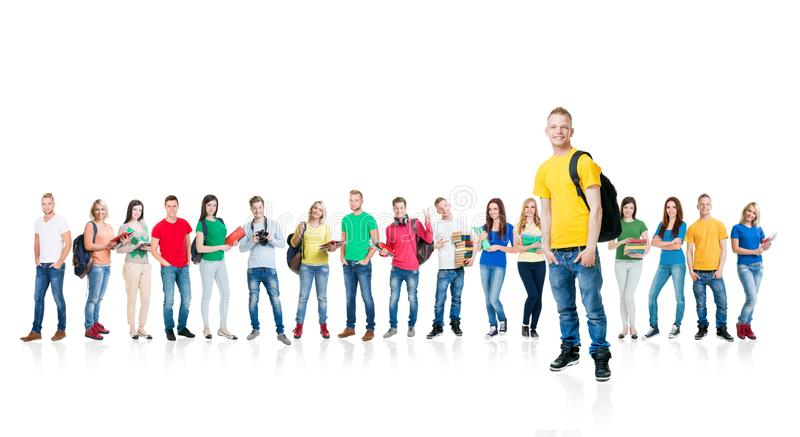 Grote die groep tieners op witte achtergrond worden geïsoleerd Vele verschillende mensen die zich verenigen School, onderwijs royalty-vrije stock foto