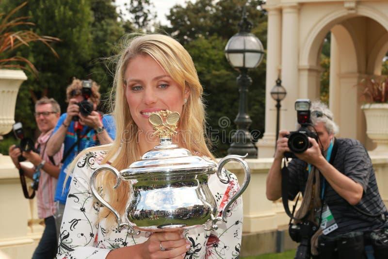 Grote die Slagkampioen Angelique Kerber van Duitsland door journalisten en fotografen tijdens Australian Open 2016 overwinning wo stock foto