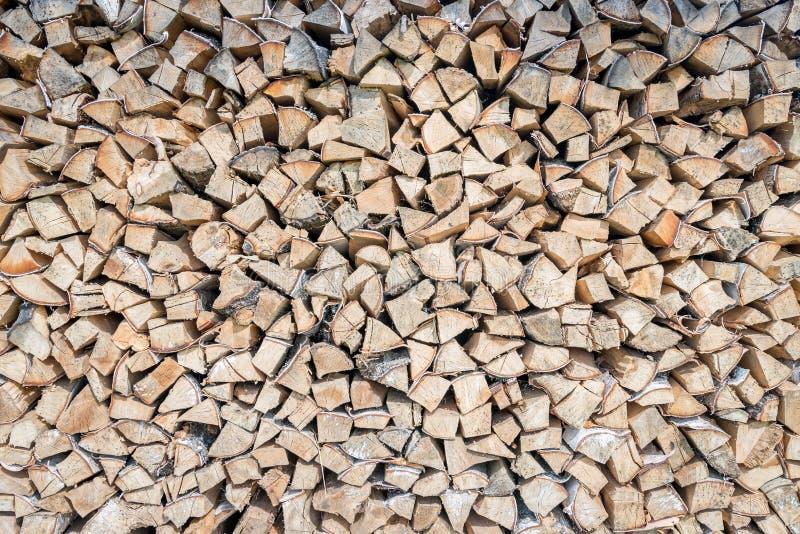 Grote die stapel van berkehoutlogboeken voor de winter worden opgeslagen stock foto