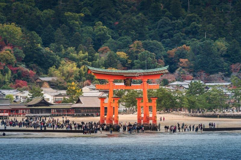 Grote drijvende poort (o-Torii) op Miyajima-eiland dichtbij Itsukushim royalty-vrije stock afbeelding