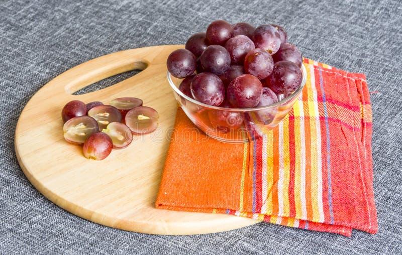 Grote druiven in een glaskom, gehakte druiven royalty-vrije stock afbeelding