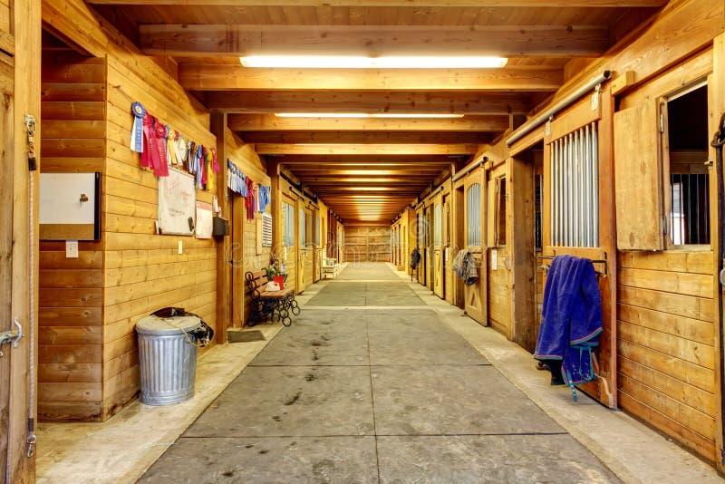 Grote en authentieke paardschuur met vele boxen stock foto's