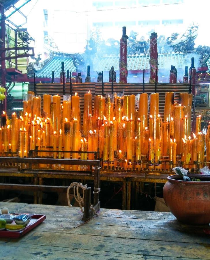 Grote en diverse kaarsen steken omhoog voor goden, Chinees in joss huis aan stock foto
