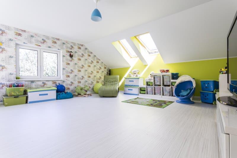 Grote en heldere kindruimte bij de zolder stock afbeeldingen