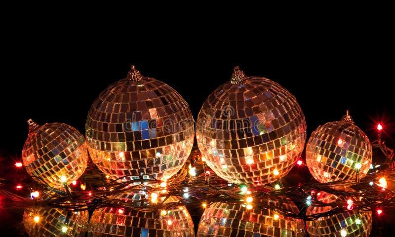 Grote en kleine Kerstmisballen met spiegeloppervlakte stock foto's
