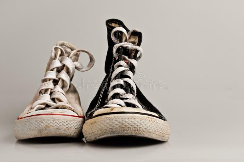 Grote en kleine oude sportschoenen royalty-vrije stock afbeelding
