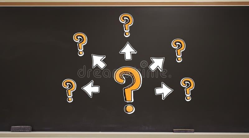 Grote en kleine vraagtekens met pijlen op een bord stock foto