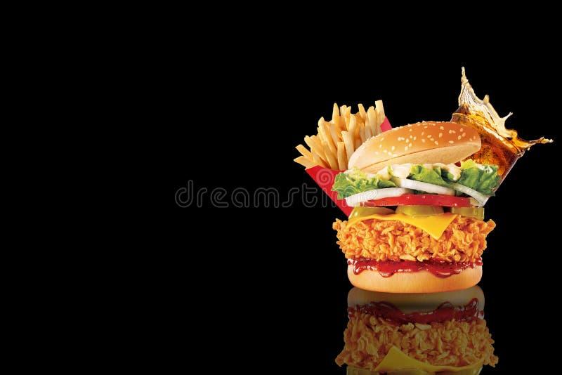 Grote enige cheeseburger met glas kola en frieten op zwarte achtergrond stock afbeelding