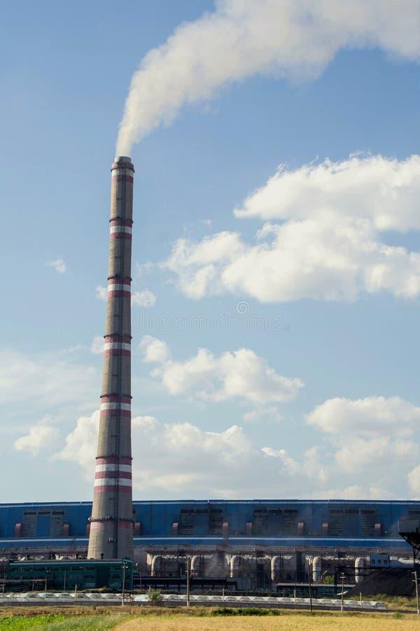 Grote fabriek, thermo-elektrische krachtcentrale, het Globale het Verwarmen Rook Toenemen stock afbeelding