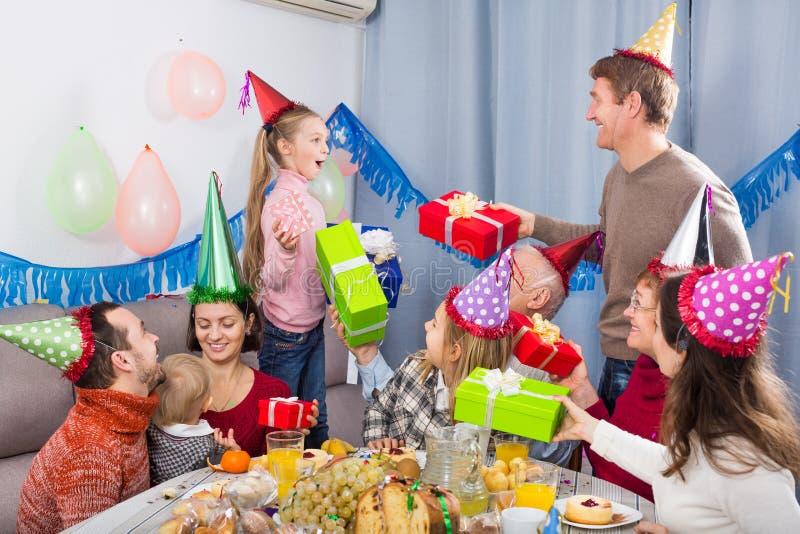 Grote familie die giften overhandigen aan feestvarken royalty-vrije stock foto