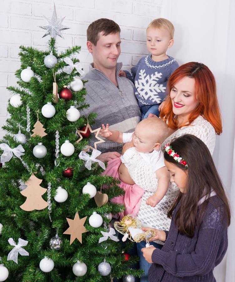 Grote familie die Kerstboom in woonkamer verfraaien royalty-vrije stock fotografie