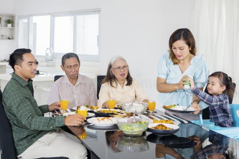 Grote familie die maaltijd samen thuis eten royalty-vrije stock fotografie