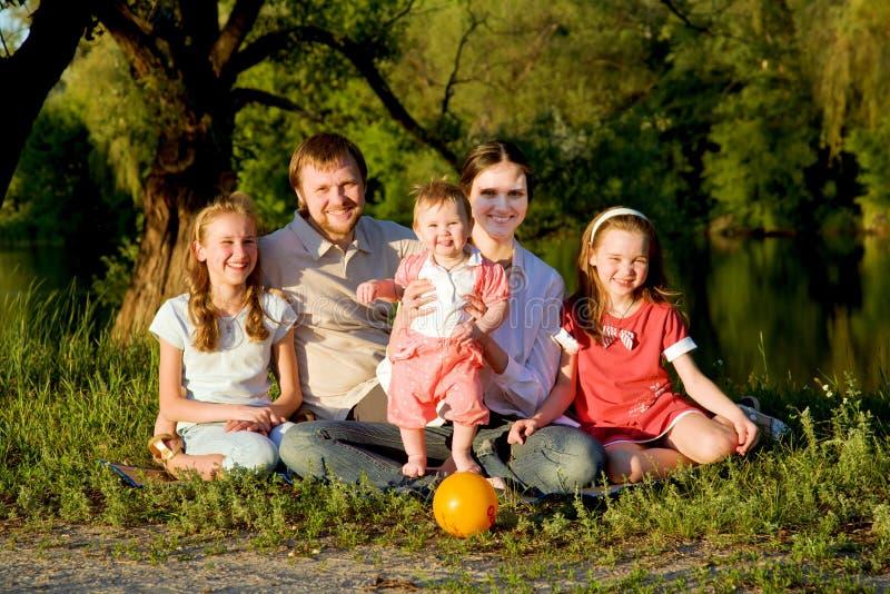 Grote familie, vader, moeder en drie dochters royalty-vrije stock foto