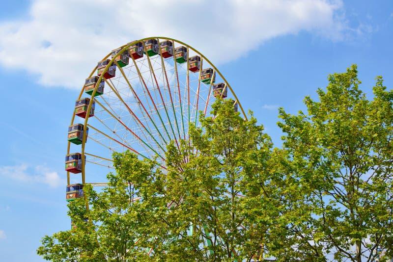 Grote ferris rijden bij funfair als deel van 'Festival van Duits-Amerikaanse Vriendschap in Heidelberg stock foto