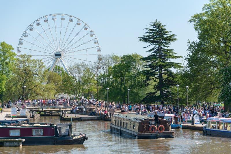 Grote ferris rijden en kanaalschepen en aken op een de zomerdag in het UK royalty-vrije stock foto