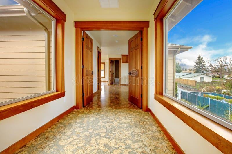 Grote gang in leeg huis. Het nieuwe binnenland van het luxehuis. stock foto
