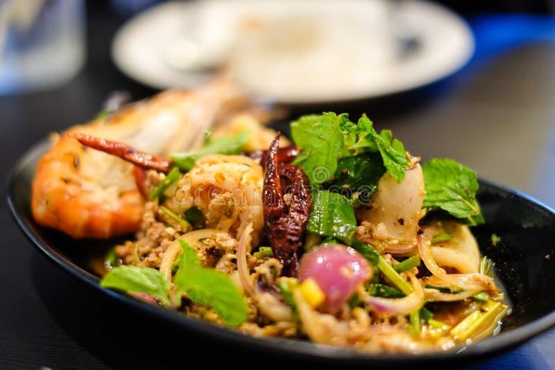 Grote garnalen en pijlinktvissen en kruidig fijngehakt varkensvlees stock foto's