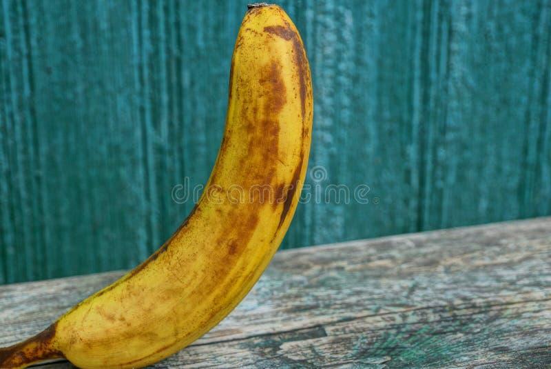 Grote gele banaanschil op een grijze lijst royalty-vrije stock afbeeldingen