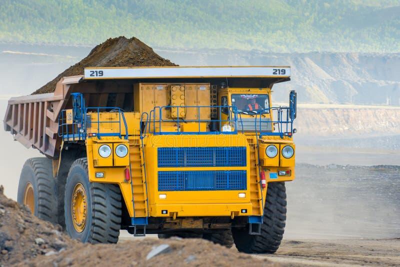 Grote gele mijnbouwvrachtwagen stock afbeeldingen