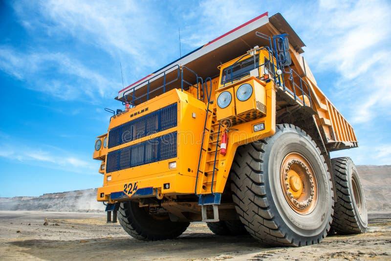 Grote gele mijnbouwvrachtwagen Belaz stock fotografie