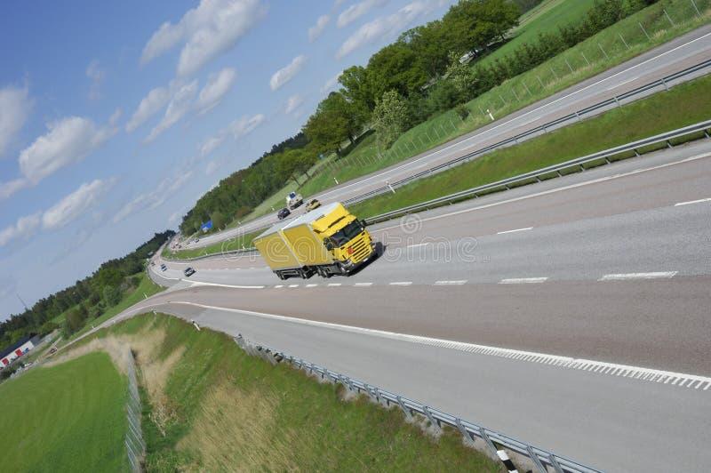 Grote gele vrachtwagen op weg