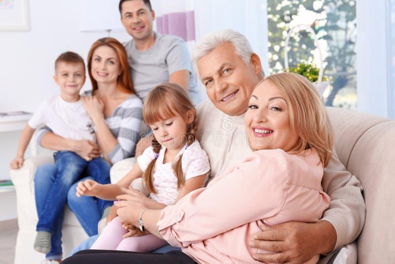 Grote gelukkige familie stock afbeelding
